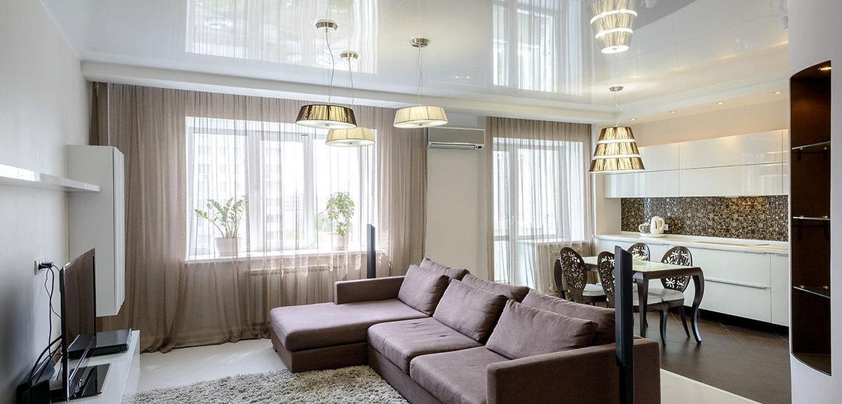 עיצוב תקרה מתוחה מבריקה צבע לבן בשילוב עם קרניז גבס