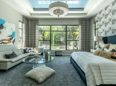 תקרה מתוחה מבריקה בצבע תכלת בשילוב עם עיצוב תקרה מגבס