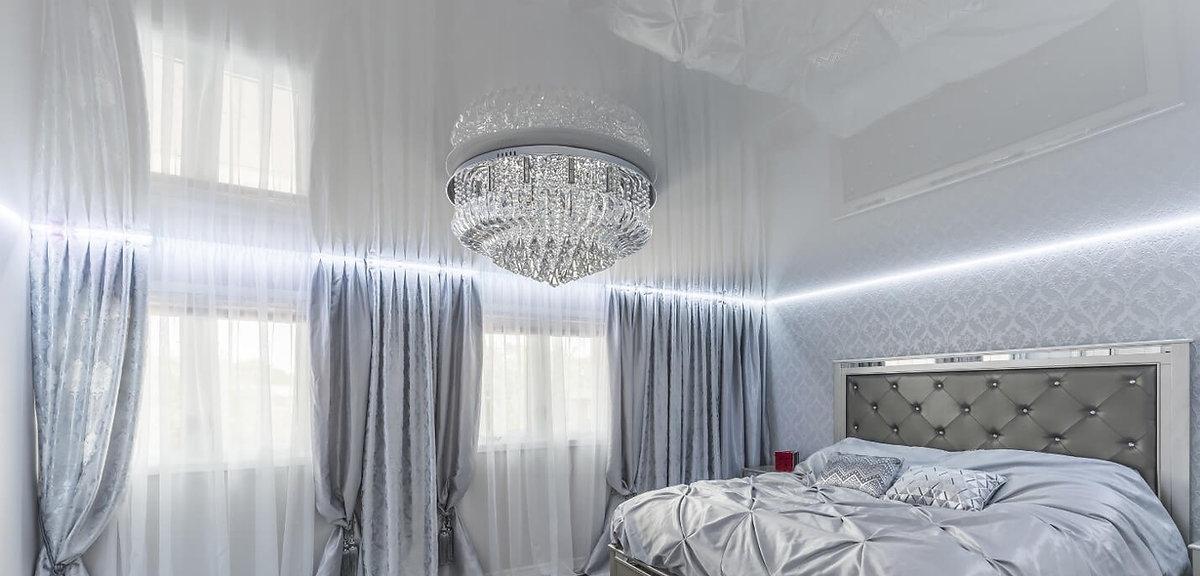 עיצוב תקרה מתוחה לבנה עם תאורה הקפית