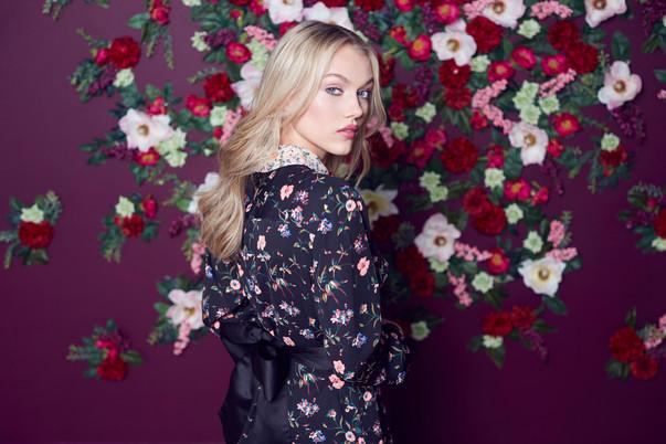 set-design-london-stylist-london-featutre-wall-floral-wall-display-fashion-gill-nicholas-stylist