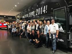 Die Vorwerk Mannschaft vor dem WM Bus