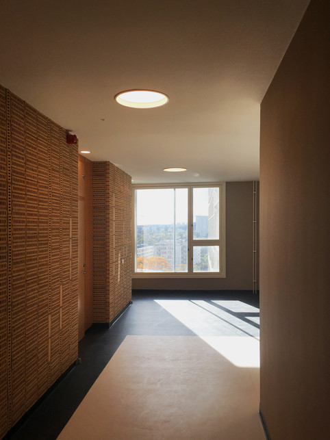 Korridor mellan lägenheter och gemensamhetsutrymmen