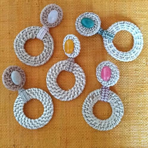 Les anneaux de rotin rehaussés d'un cabochon