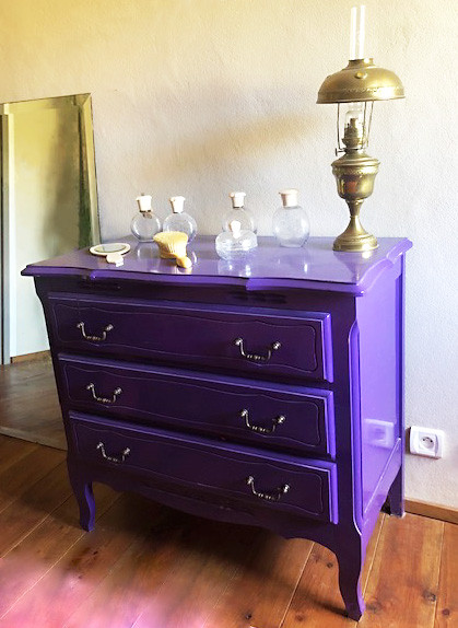 Commode laquée violet
