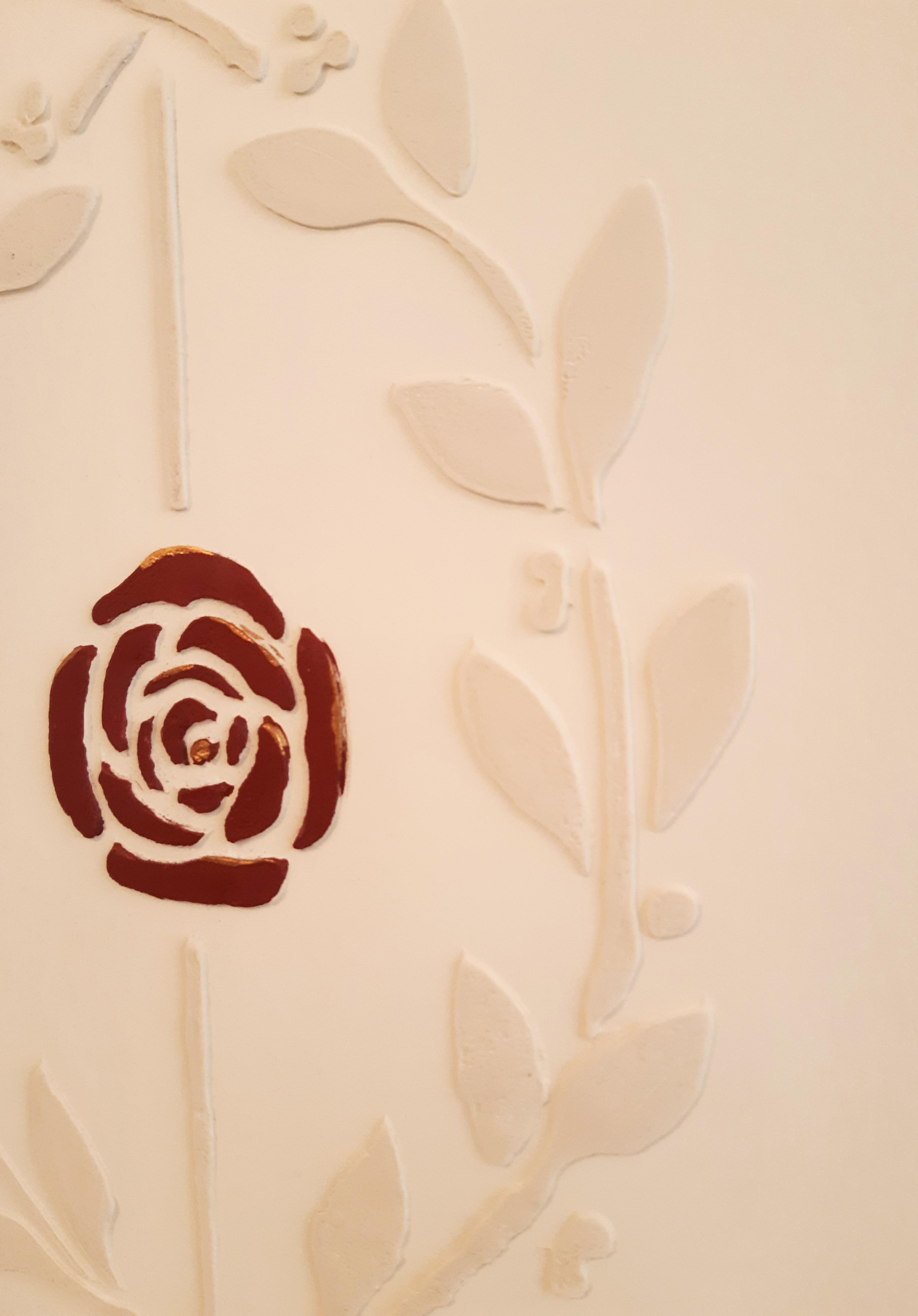 détail rose pochoir en relief lyon. Rouge sanguin
