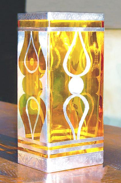 vase jaune et métal