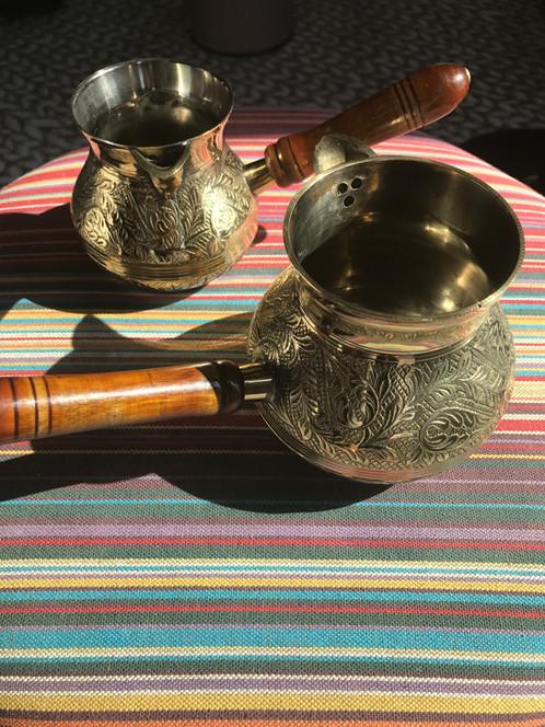 51adf437 Czas na kawę o wielopoziomowym smaku i aromacie. Śliczny pozłacany  delikatnie rondelek z drewnianą rączką będzie Twoim przyjacielem w długie  sobotnie ...