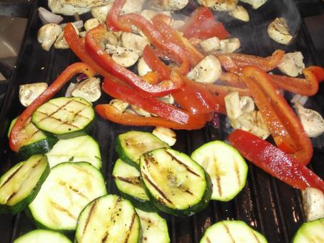 Kip met groenten, geroosterd op de bakplaat.