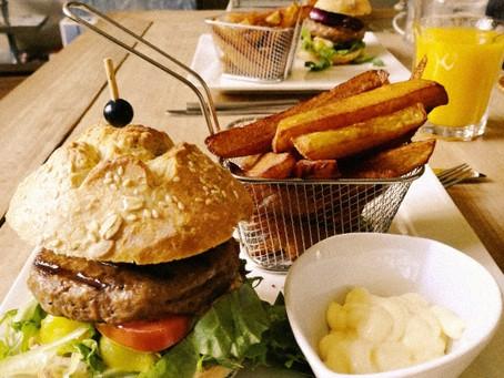 Hamburger van de grill/plaat