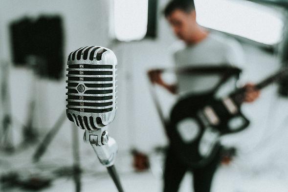 large-diaphragm-condenser-microphone-wit