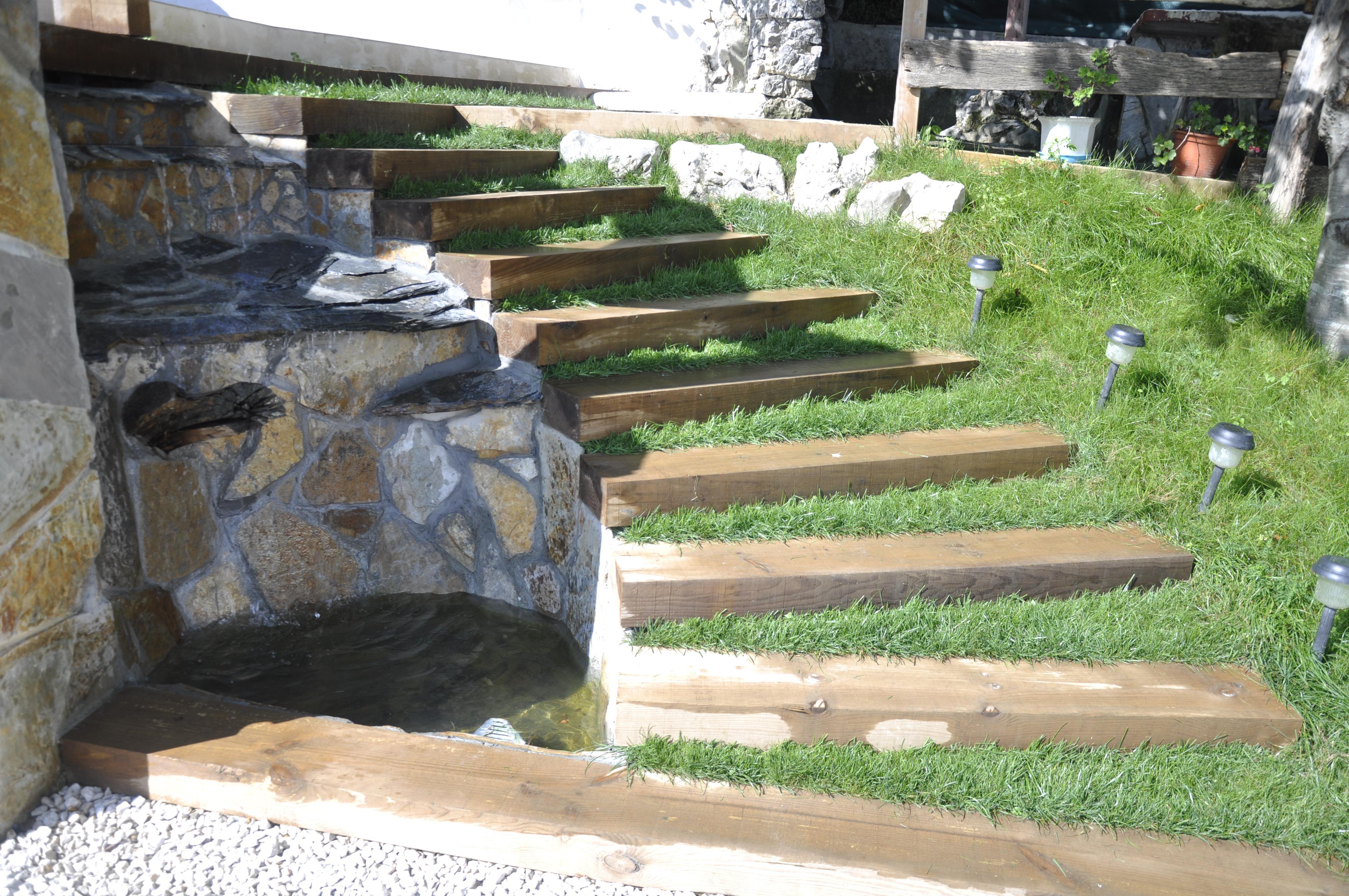 Escaleras y cascada de agua