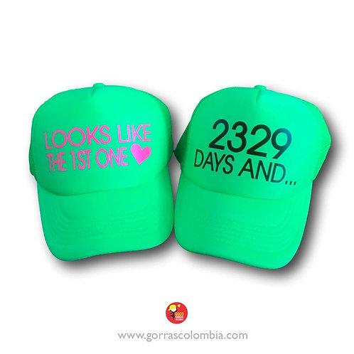 gorras verde unicolor para pareja looks like