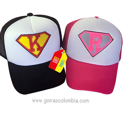 gorras negra y fucsia frente blanco para pareja super iniciales