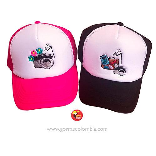gorras negra y fuscia frente blanco para pareja camaras viaje