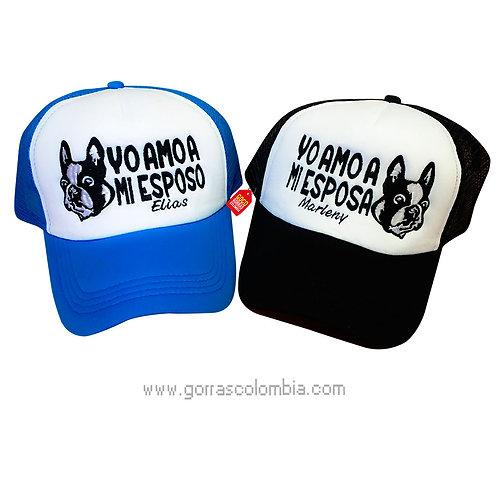 gorras negra y azul frente blanco para pareja esposo y esposa perro