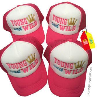 gorras fucsia frente blanco para amigas young and wild