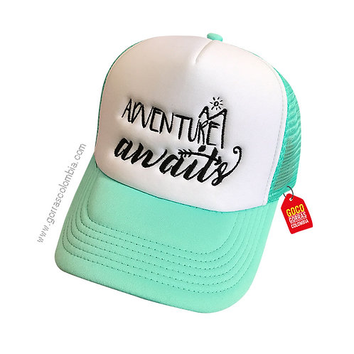 gorra verde frente blanco personalizada adventure awaits