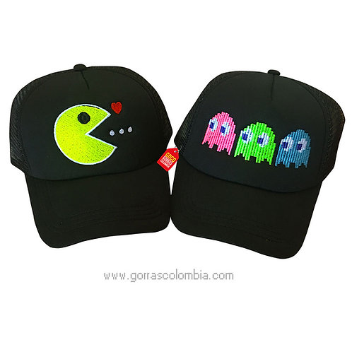 gorras negras unicolor para pareja come galletas