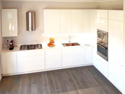 una cucina dalle linee pulite