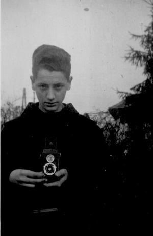 Szentendrén egyszer beöltöztünk ferences csuhákba, kezemben első, Voigtlander gépem, 1961