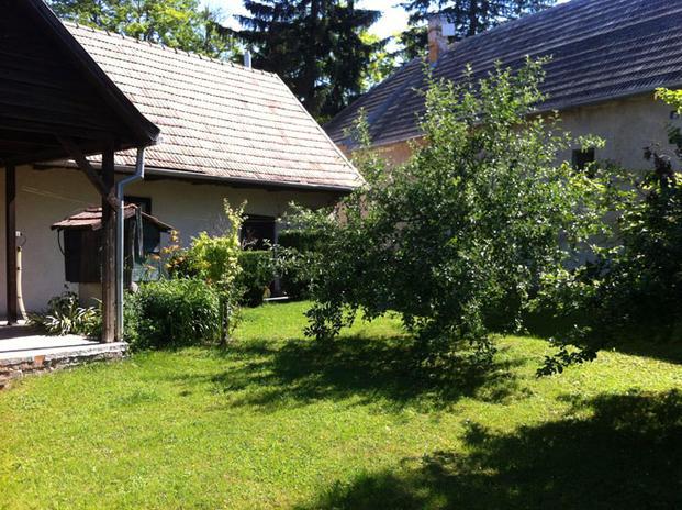 A vértesacsai ház az almafával
