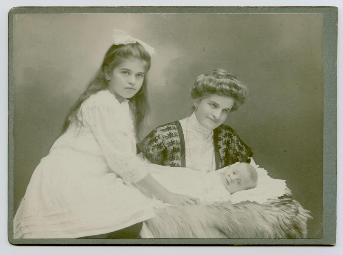Anyai nagyanyám, Lechner Paula Ilma nagynénémmel és mamámmal