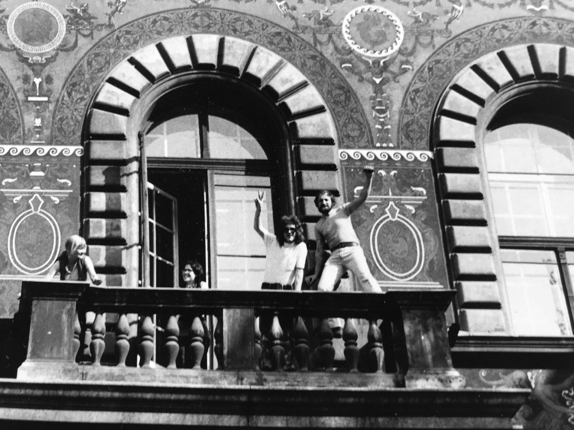A főiskola erkélyén, Drozdik Orsi, Sarkadi Péter, egy bolgár kollegina és szm, kb. 1971