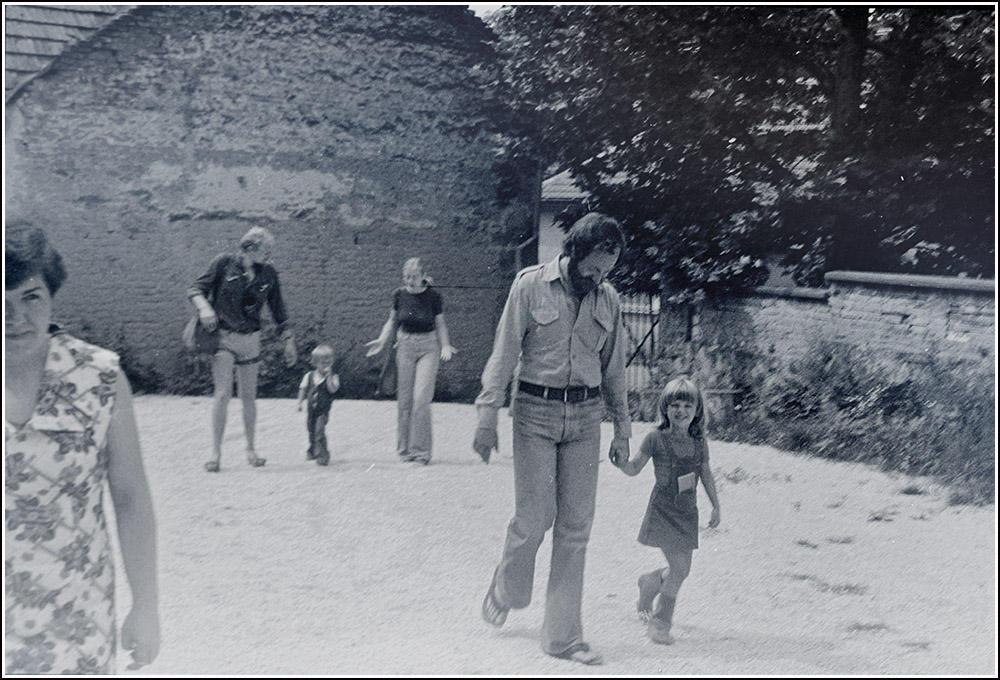 Tanítás Zebegényben, SzM, Eszterrel, hátrébb Váli Dezső, Váli Zsófi és Bakos Ildikó