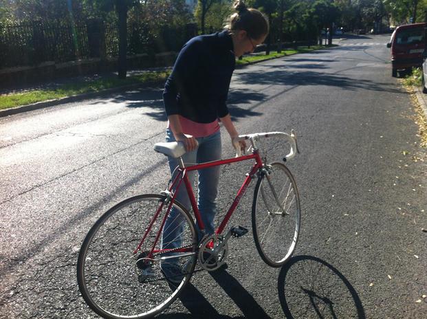 Anna az új, piros Colnago bringával, 2013