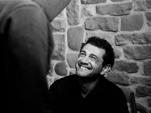 L'umiltà e la finzione: essere attore secondo Vinicio Marchioni.