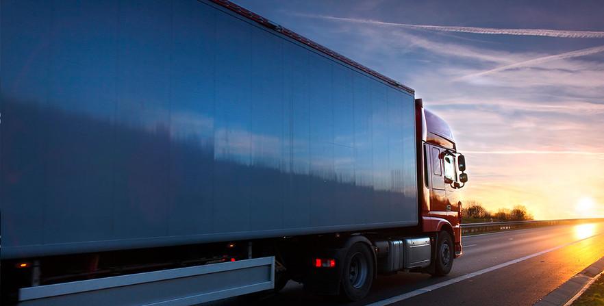 Camión con furgón cerrado