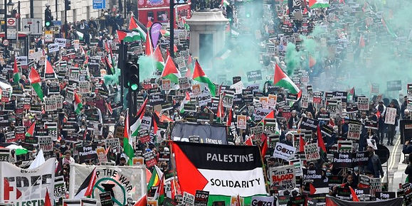 Pro-Palestinian demonstrators attend a protest following a flare-up of Israeli-Palestinian violence, in London, Britain May 22, 2021. Photo: Reuters/Toby Melville.