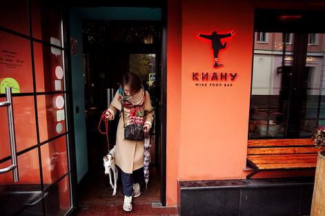 Яна и её друг Бруклин в Keanu Bar