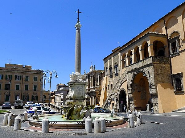 italy-tarquinia-01-old-town-central-plaz