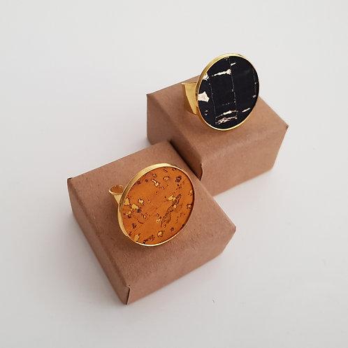 GOUDKLEURIGE RING met kurk mosterd of zwart-goud
