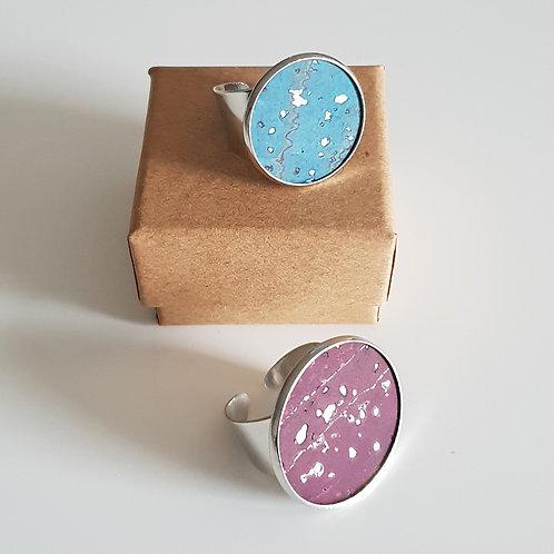 ZILVERKLEURIGE RING met kurk paars of turquoise