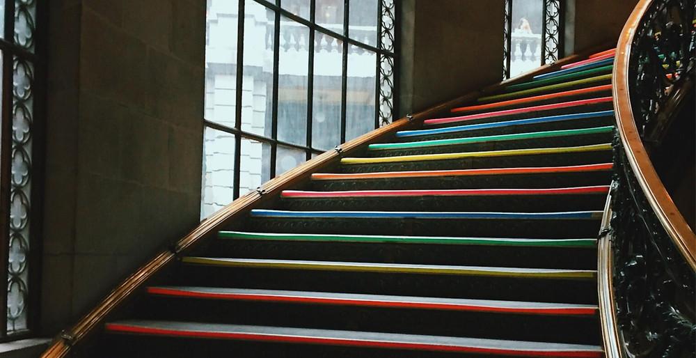 Điều khiển chiếu sáng có đếm thời gian thường áp dụng tại khu vực cầu thang