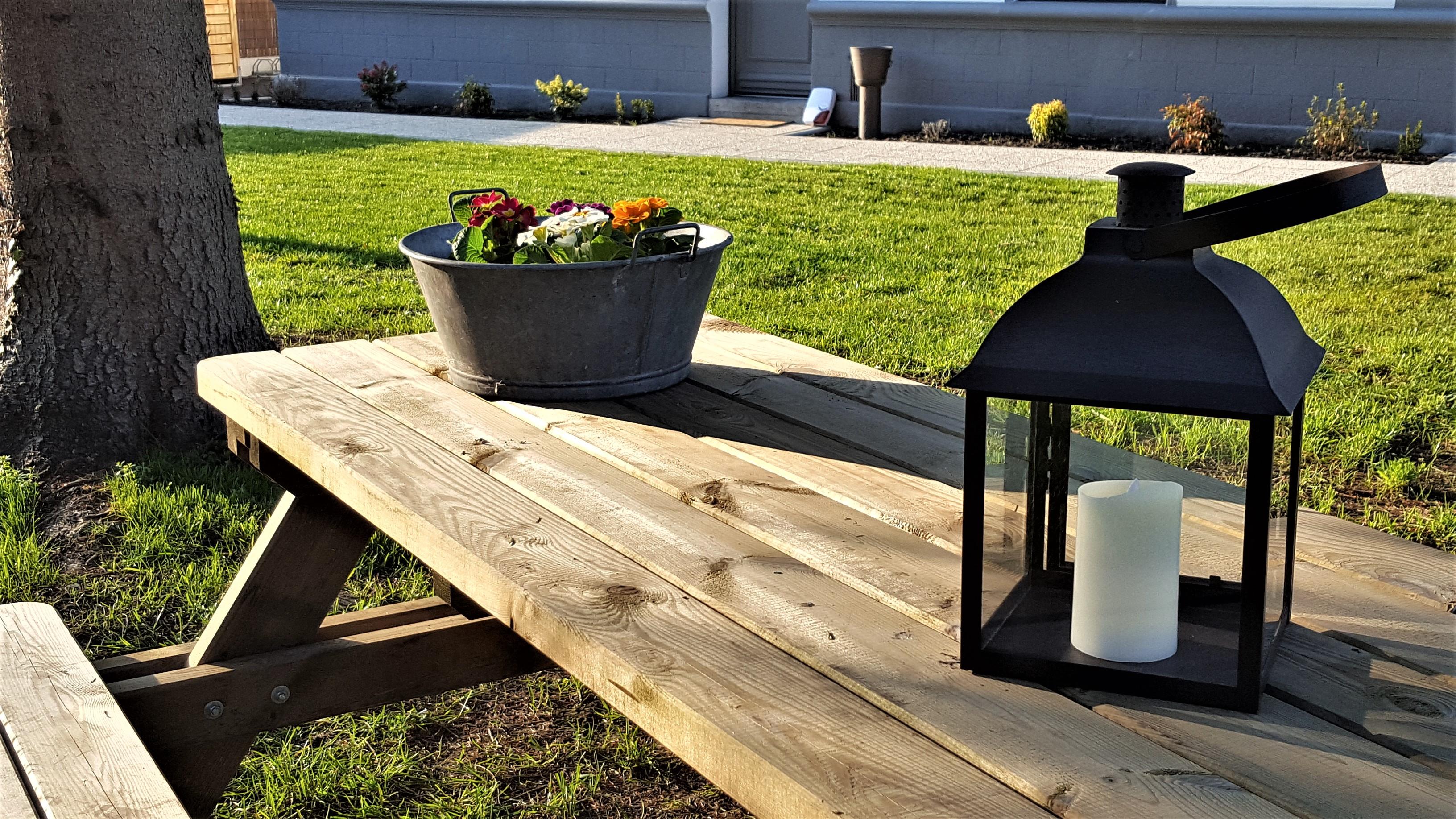 Table de jardin en bois.