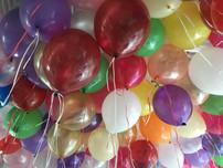 Разноцветные воздушные шары под потолком