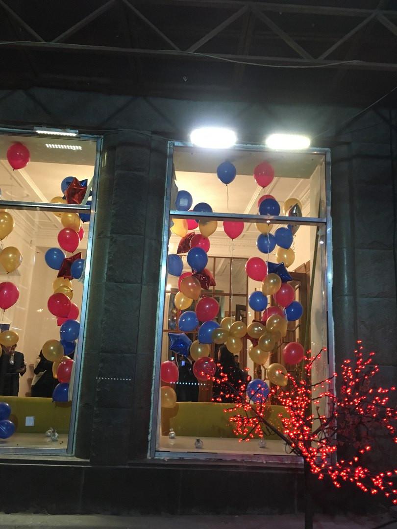 шарики в окне