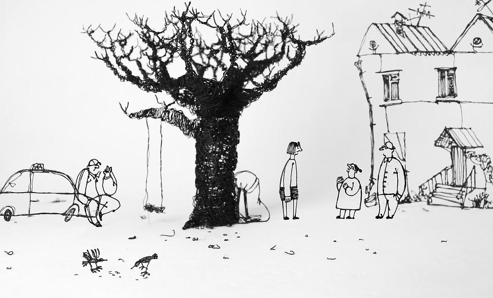 Een illustratie getekend met een zwarte pen. In het midden staat een boom met daaraan een schommel. Links een man die ook de motorkap van zijn auto zit. Rechts staat een huis met daarvoor drie personen die met elkaar in gesprek zijn. Op de voorgrond zie je twee vogeltjes in het gras.