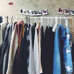 Oblečení po dědovi, ale klidně i nové, které je vám jednoduše velké