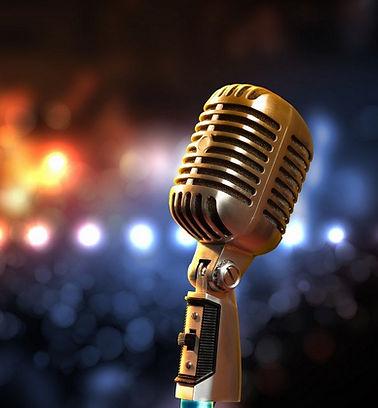 Retro-mikrofon-na-fone-nochnogo-goroda.j