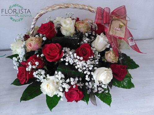 Cesto de Rosas Sortidas