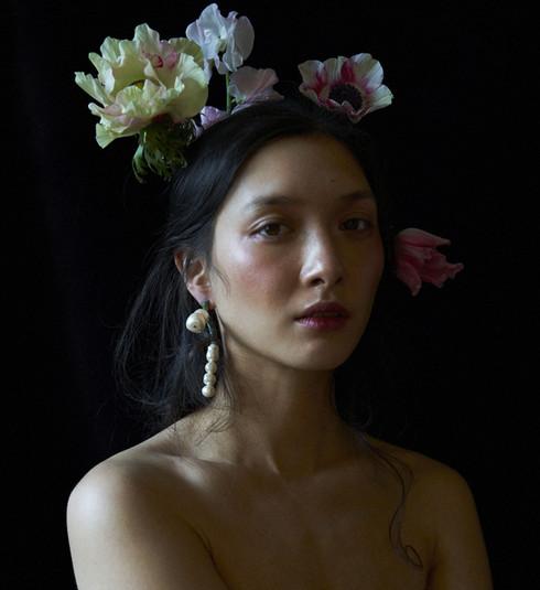 Noemi et sa couronne de fleurs