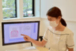 歯科衛生士が患者説明を行なっている写真