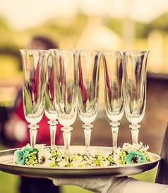 Kellner mit Champagner-Flöten
