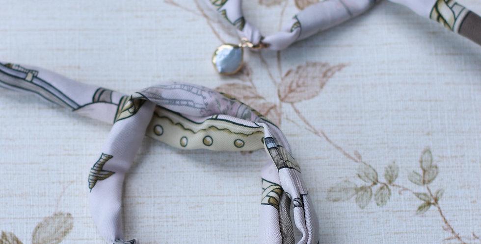 Armbånd sydd av vintage silkeskjerf