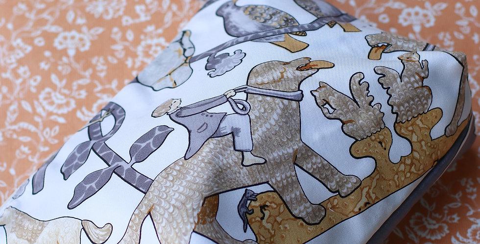 Clutch nr 75 re-designet av vintage silkeskjerf