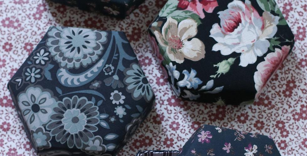 Pedari boks hexagon sort med store blomster